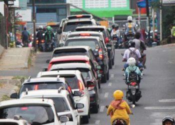 Kendaraan mengular di Jl Swadaya menuju simpang tiga Jl Perjuangan. Kemacetan semacam ini lumrah terjadi di jam pulang kerja. FOTO: OKRI RIYANA/RADAR CIREBON
