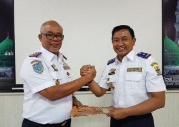 SERTIJAB: Kepala Dishub sebelumnya yang kini menjadi Staf Ahli Walikota Yoyon Indrayana, menyerahkan memori jabatan kepada Kepala Dishub Andi Armawan.